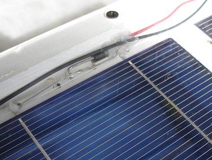 Блокирующий диод, закрепленный внутри солнечной батареи