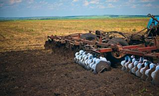 Землю в «Пугачевском» не пашут, а культивируют и боронуют. Три-четыре раза — в зависимости от погоды