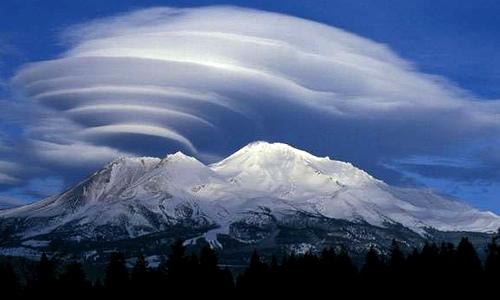 формирование облака из земного разлома в горах