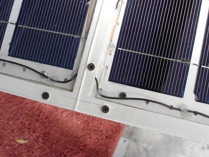 Соединительный провод пропущен через вентиляционное отверстие