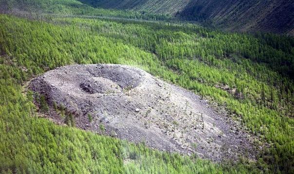 патомский кратер, аномалия